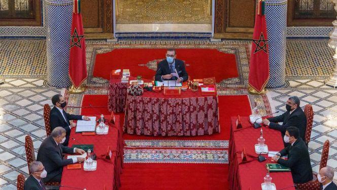 ترأس الملك محمد السادس، اليوم الخميس بالقصر الملكي بفاس، مجلسا وزاريا، خصص للمصادقة على عدد من مشاريع النصوص القانونية، ومجموعة من الاتفاق