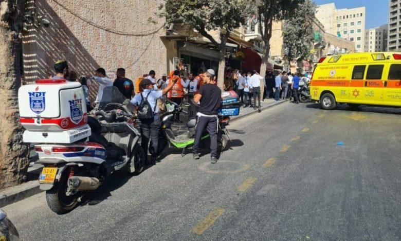 أصيب مساء اليوم الإثنين ثلاثة مستوطنين من الكيان الصهيوني في عملية طعن نفذها شاب فلسطيني في مدينة القدس المحتلة. وأطلق جنود الاحتلال الصهي