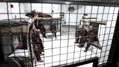 """قالت مؤسسة حقوقية فلسطينية، السبت، إن (إسرائيل) عزلت في سجن النقب 19 فلسطينيا في """"ظروف شديدة القسوة""""، مطالبةً اللجنة الدولية للصليب الأحمر"""