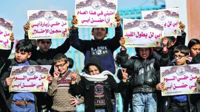 شارك العشرات من الأطفال الفلسطينيين، اليوم الإثنين، في مسيرة، تضامنا مع الأسرى المضربين عن الطعام، داخل السجون (الإسرائيلية). ورفع المشارك
